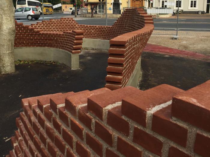 Dobbeltkrumt murværk, opført ved hjælp af EPS-skabelon