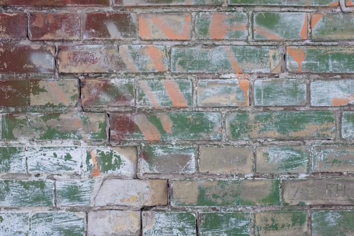 Gammelt murværk med maling