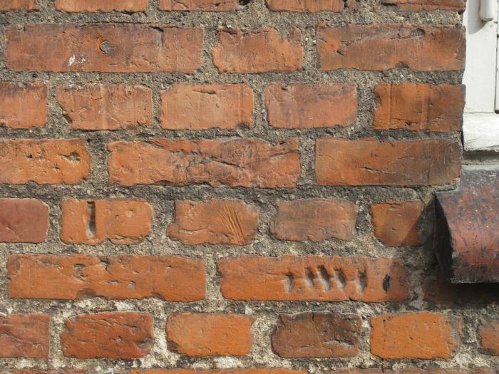 Murværk med patina.