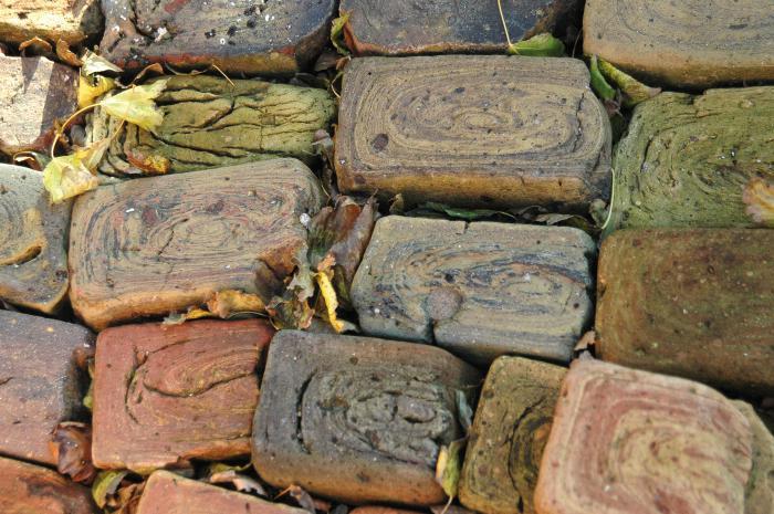 Gamle mursten i haven